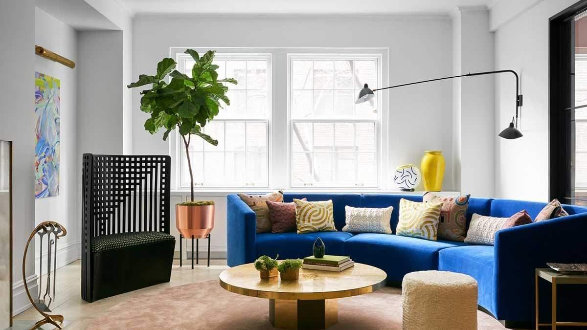 Синій диван в інтер'єрі: з чим він поєднується