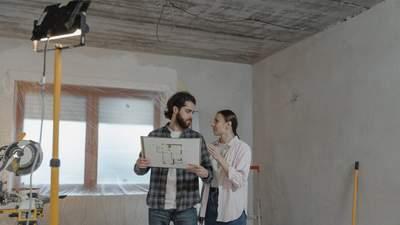 С помощью деревянных брусьев и клея: как бюджетно обновить гостиную