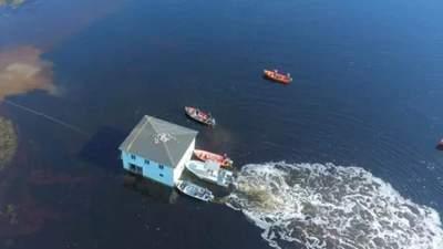 Пара з Канади вирішила переправити старий будинок через затоку: що з цього вийшло