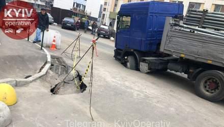 Через прорив труби: у Києві в яму провалилася вантажівка – фото
